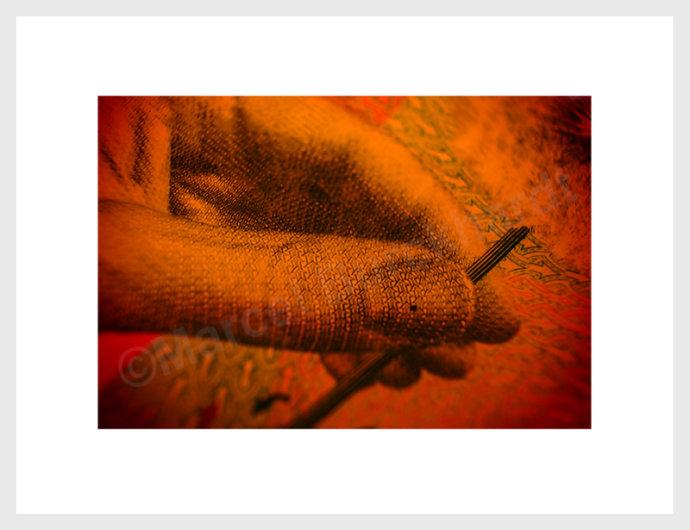 banknotenprojekt rot hand mit stäbchen